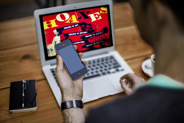 Comment vérifier les contenus postés sur les réseaux sociaux